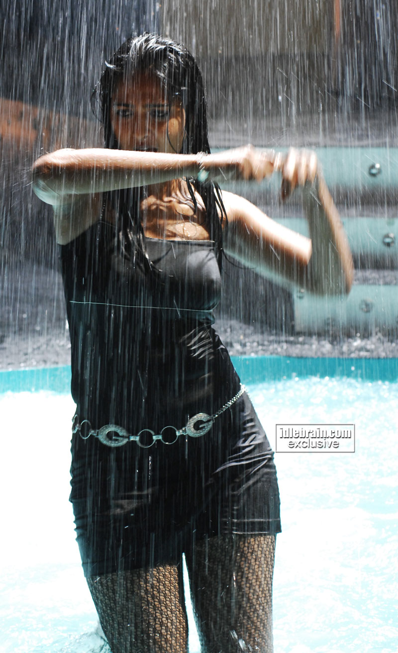 http://idlebrain.com/movie/photogallery/anushka32/images/anushka119.jpg