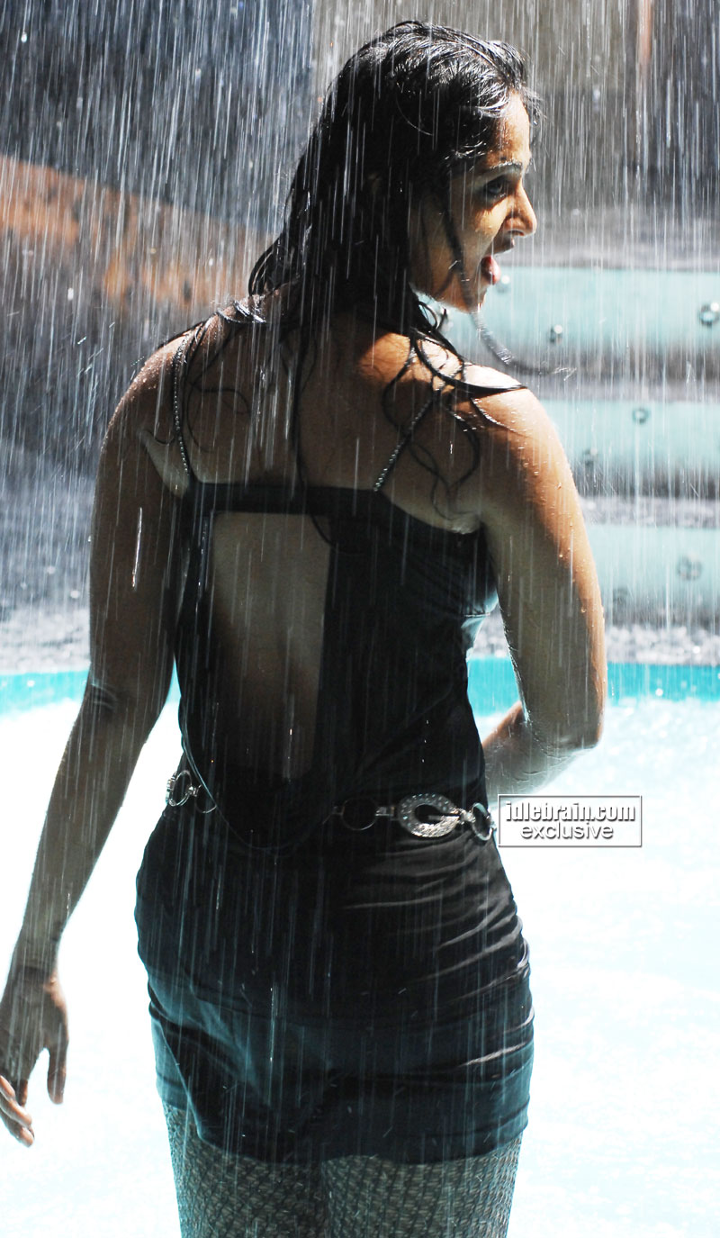 http://idlebrain.com/movie/photogallery/anushka32/images/anushka12.jpg