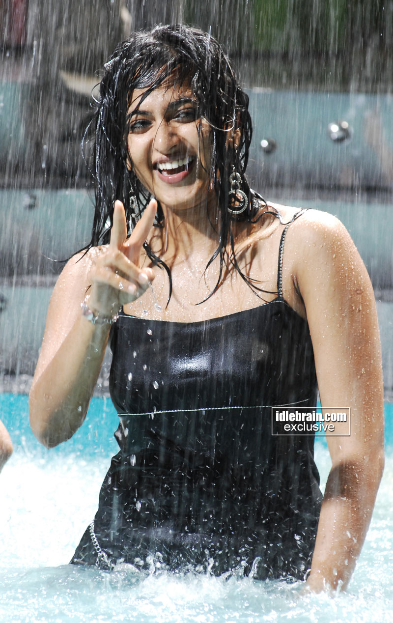 http://idlebrain.com/movie/photogallery/anushka32/images/anushka18.jpg