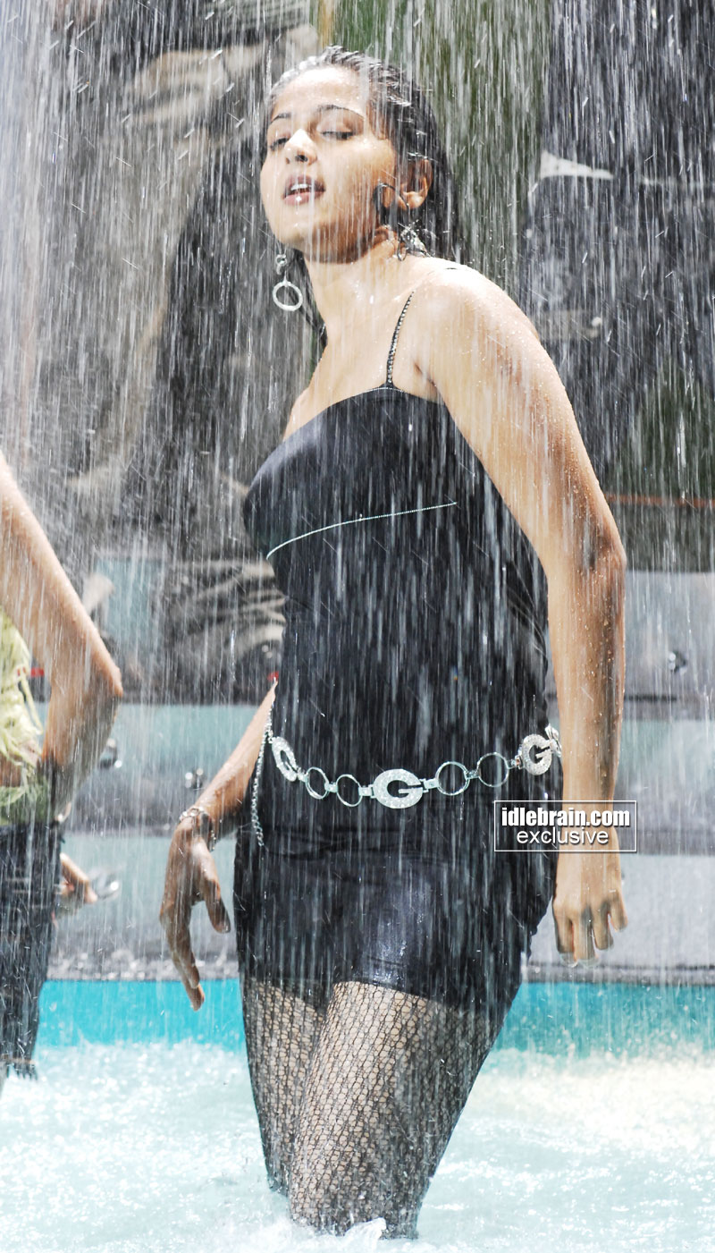 http://idlebrain.com/movie/photogallery/anushka32/images/anushka23.jpg