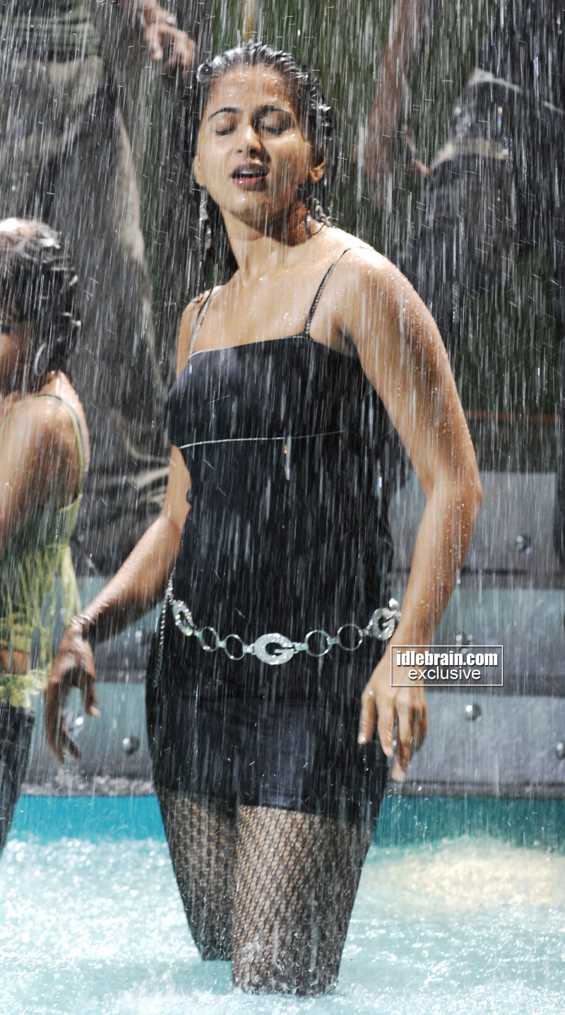 http://idlebrain.com/movie/photogallery/anushka32/images/anushka24.jpg