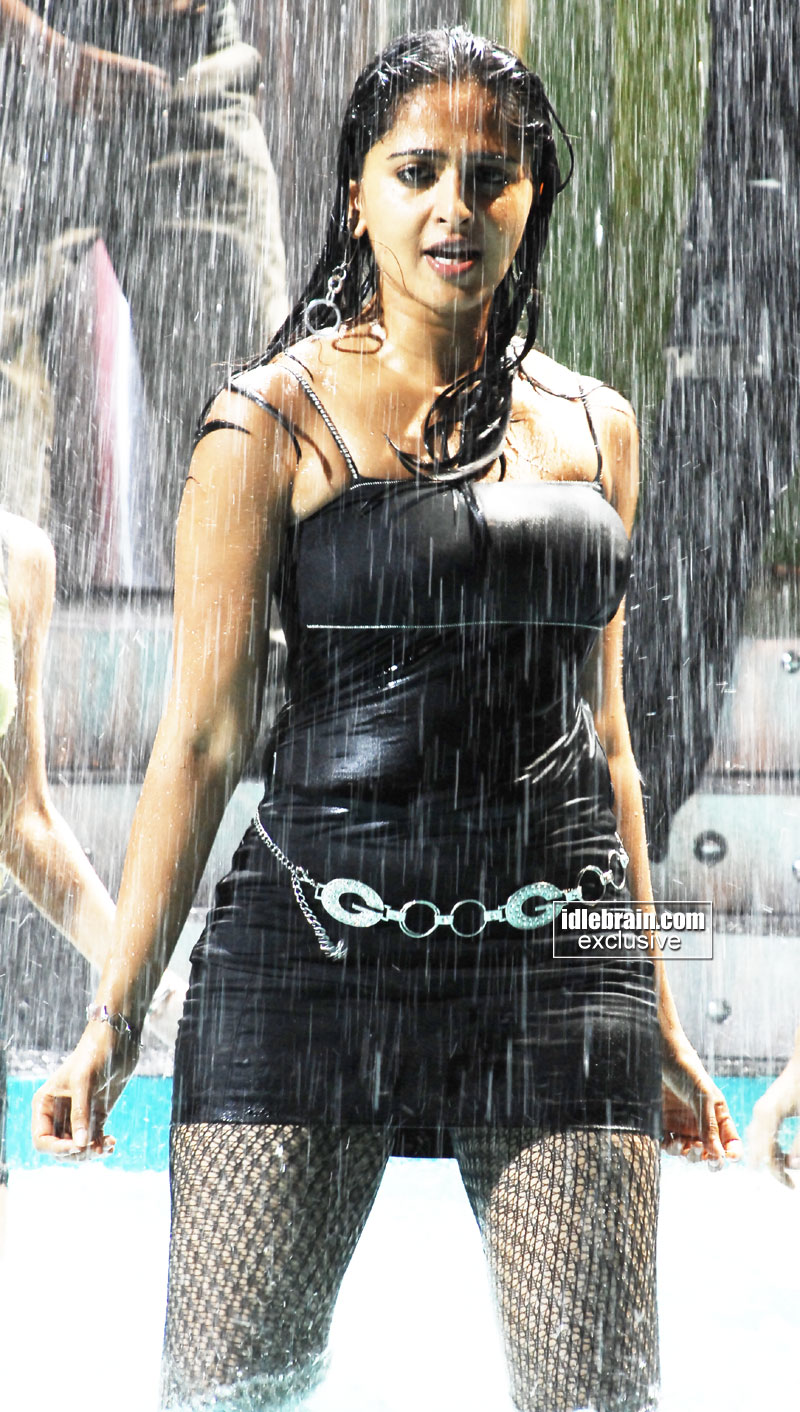 http://idlebrain.com/movie/photogallery/anushka32/images/anushka36.jpg