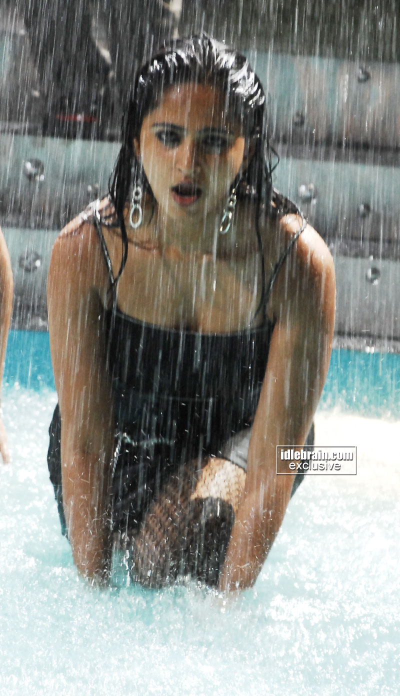 http://idlebrain.com/movie/photogallery/anushka32/images/anushka44.jpg