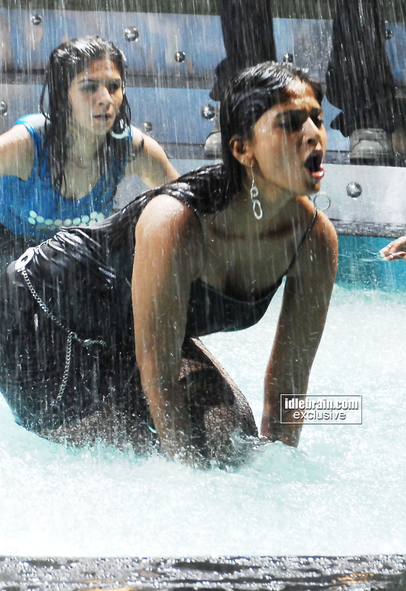 http://idlebrain.com/movie/photogallery/anushka32/images/anushka5.jpg