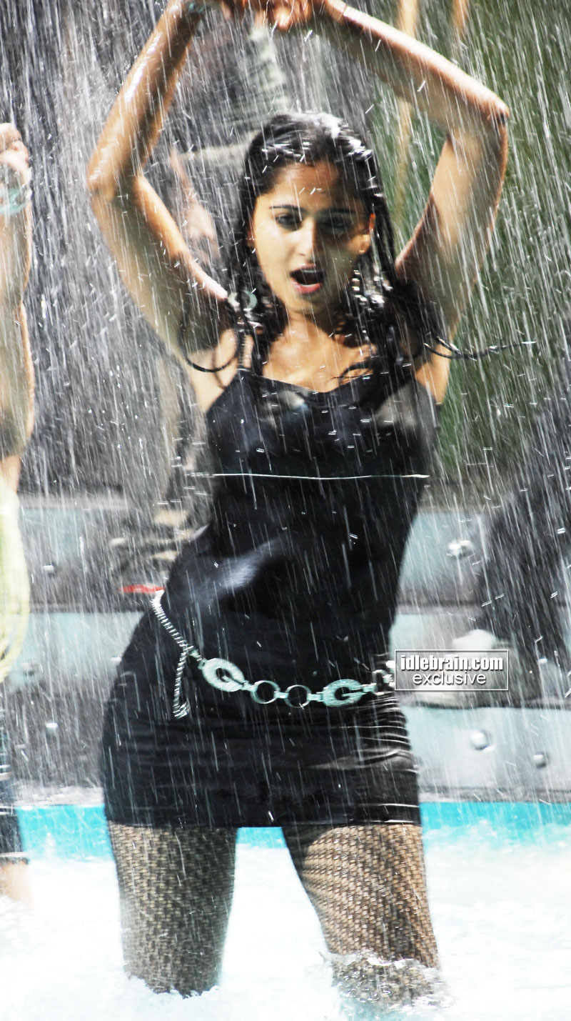 http://idlebrain.com/movie/photogallery/anushka32/images/anushka8.jpg
