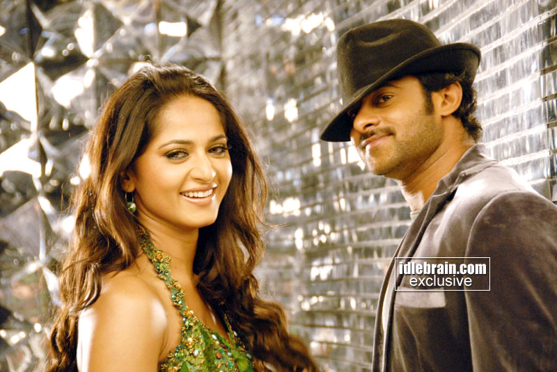 Anushka Shetty looking SUPER HOT in the new stills of Telugu 'Billa'...
